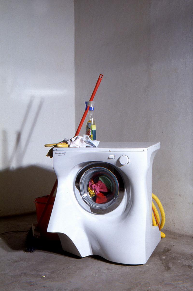 Simone Racheli, Anatomica Colf Incanto, 2004, lavatrice, vetroresina, smalti, vestiti, 70x70x75 cm