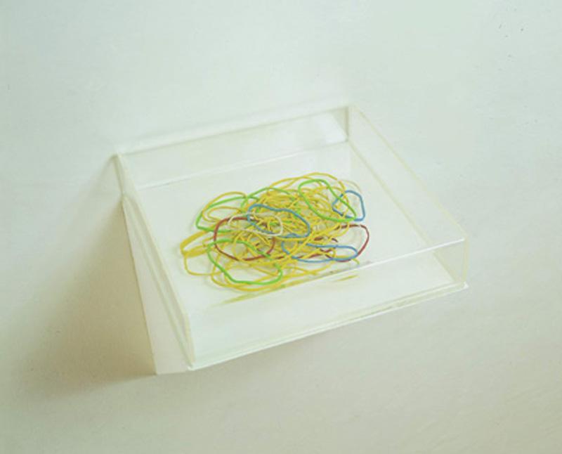 Scotto-di-Luzio,-Elastici,2002,plastilina-in-teca-plex,6x25x25-cm